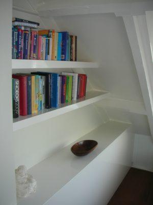 Kast met planken en bureau op zolder