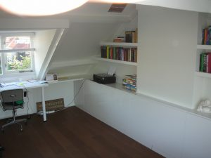 Kast met planken en bureau op zolder Totaal